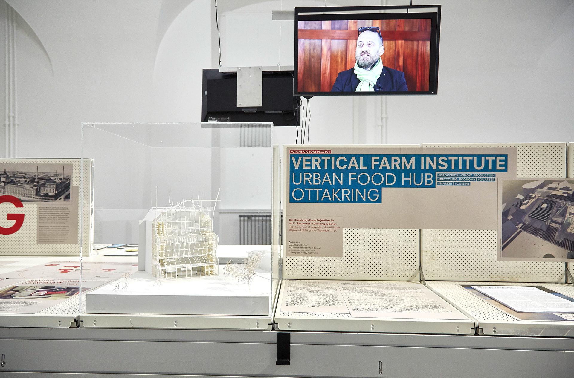 Projektbeispiel aus der Ausstellung Future Factory, das Vertical Farm Institute mit Architekturmodell und einem Interview mit Gründer Daniel Podmirseg auf einem Bildschirm