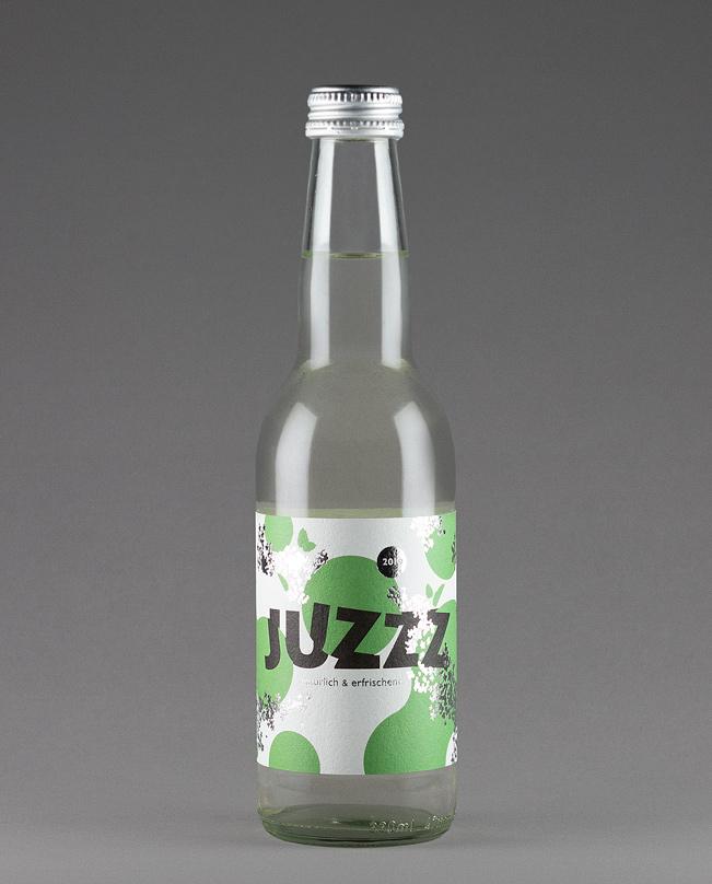 Erfrischungsgetränk Juzzz: Flasche mit silberner Kappe und und grün-silbernem Etikettendesign