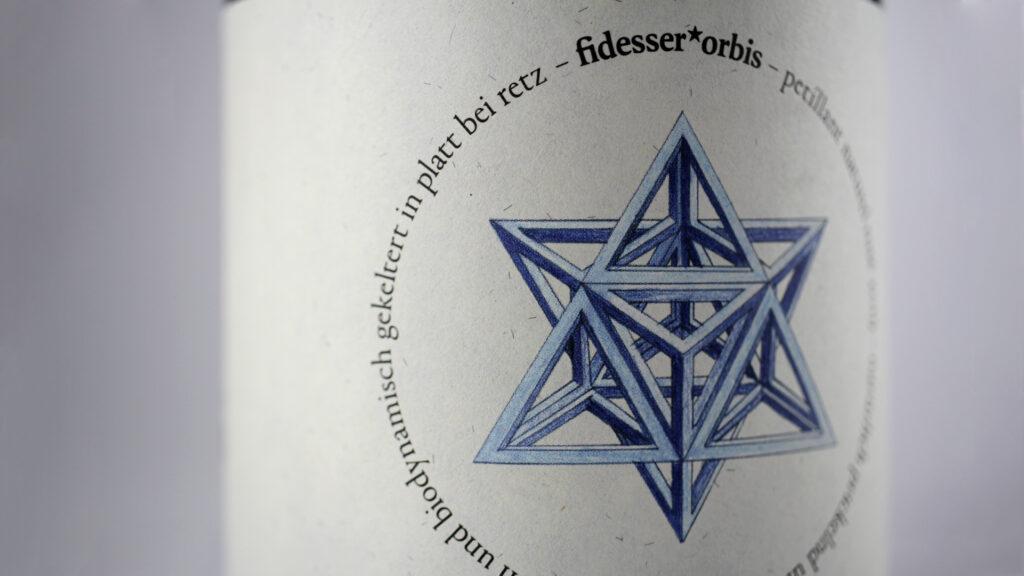 Etikettendetail mit blauem Stern und Logo