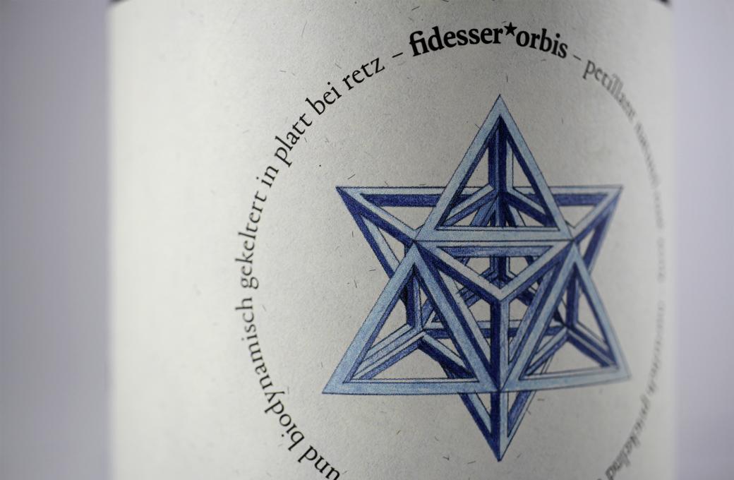 Detailaufnahme Flaschenetikette mit Illustration von einem geometrischen Körper in Blau