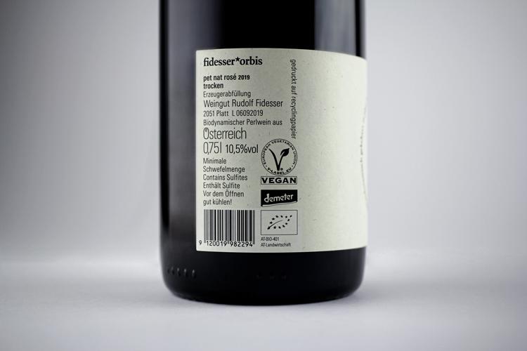 Detailaufnahme Rückseite des Weins mit Logos von Bio-Austria, Demeter und anderen Beschriftungen
