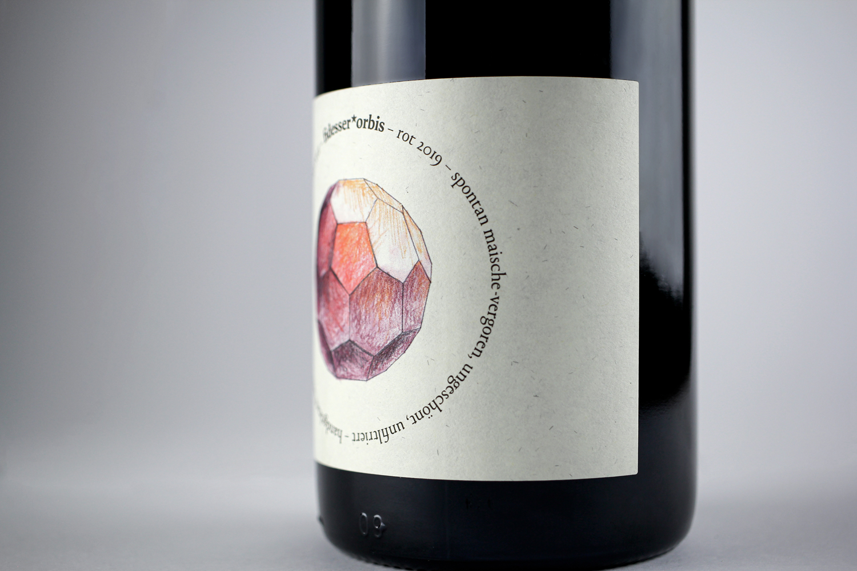 Detailaufnahme Illustration von einem geometrischem Körper in Rot auf Flaschenetikette