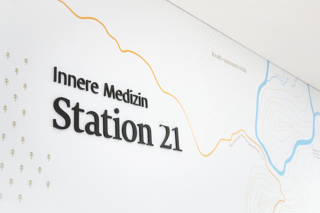 Wandansicht Station Innere Medizin mit Landkarte illustriert auf der Wand